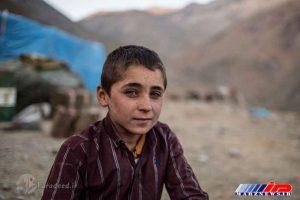 پسر کردی که در منطقه مرزی ایران و عراق برای قاچاقچیان کار می کند.