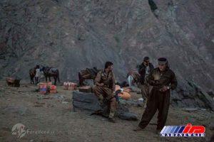 گروهی از قاچاقچیان در منطقه مرزی ایران منتظر تماس هستند تا به آنها درباره امنیت راه خبر بدهد.