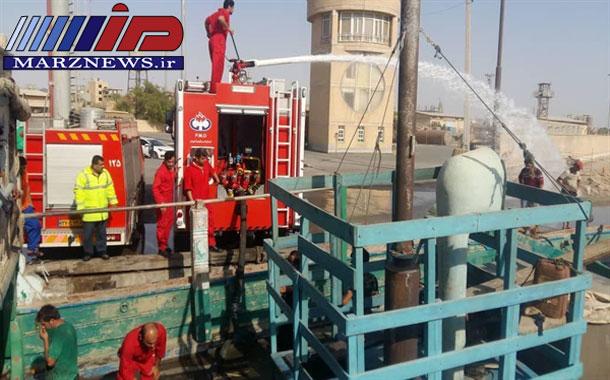 نجات یک شناور حامل بار صادراتی در اسکله دیلم از خطر غرق شدن