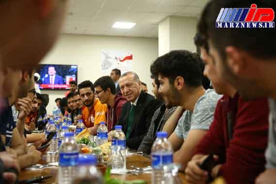 اردوغان سحری خود را با دانشجویان در خوابگاه صرف کرد (+عکس)