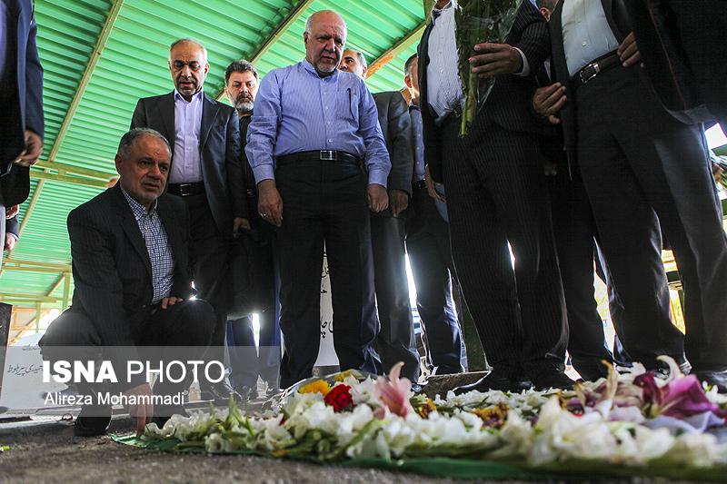 ادای احترام وزیر نفت به شهدای حمله تروریستی اهواز