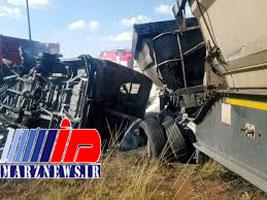 تصادف کامیون و مینی بوس ۱۳ مصدوم برجا گذاشت