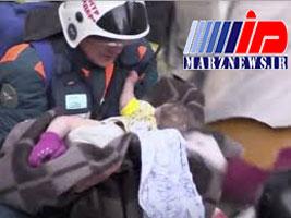 خروج زنده یک نوزاد از زیر آوار پس از ۳۵ ساعت